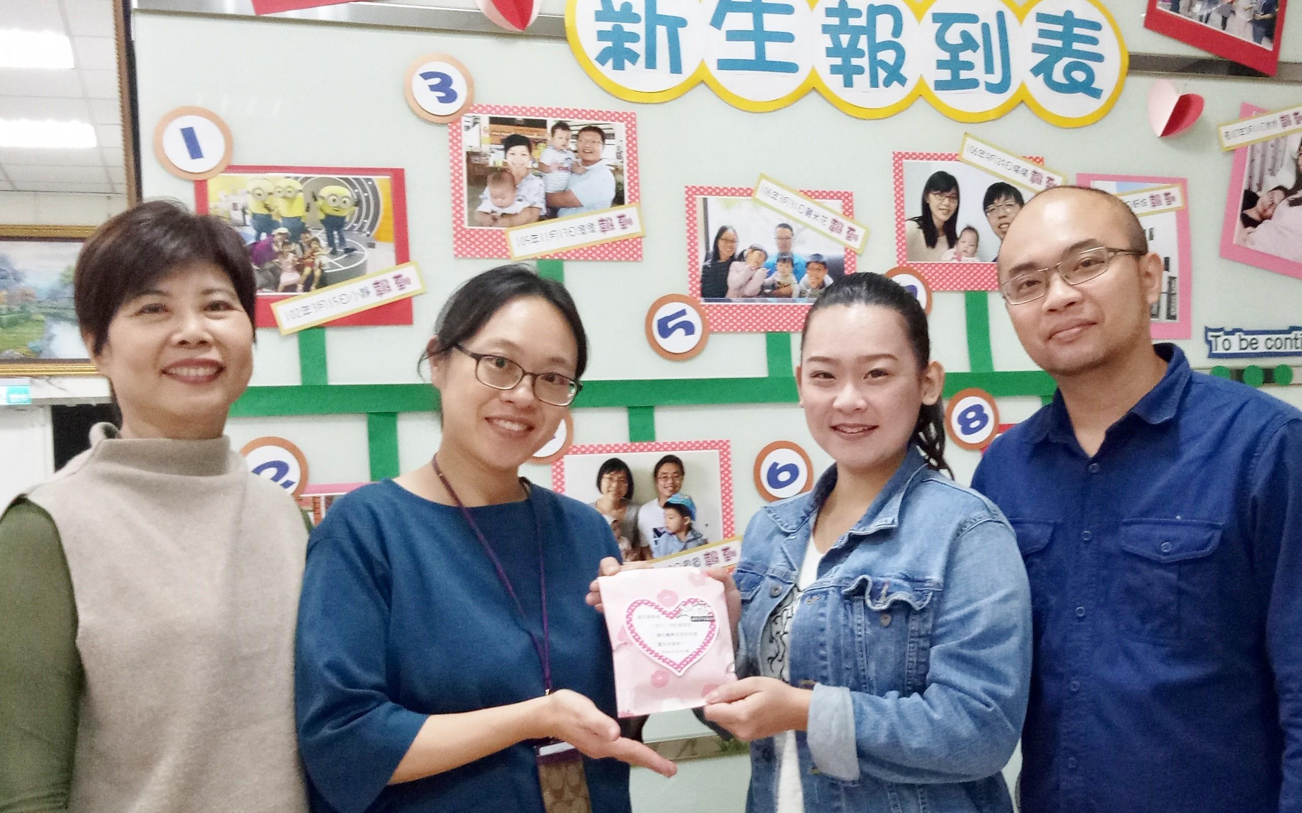 主任許鳳蘭〈左ㄧ〉與剛生完第三胎的戶籍員王儷蓉〈左二〉分享好孕棉給新婚夫妻。