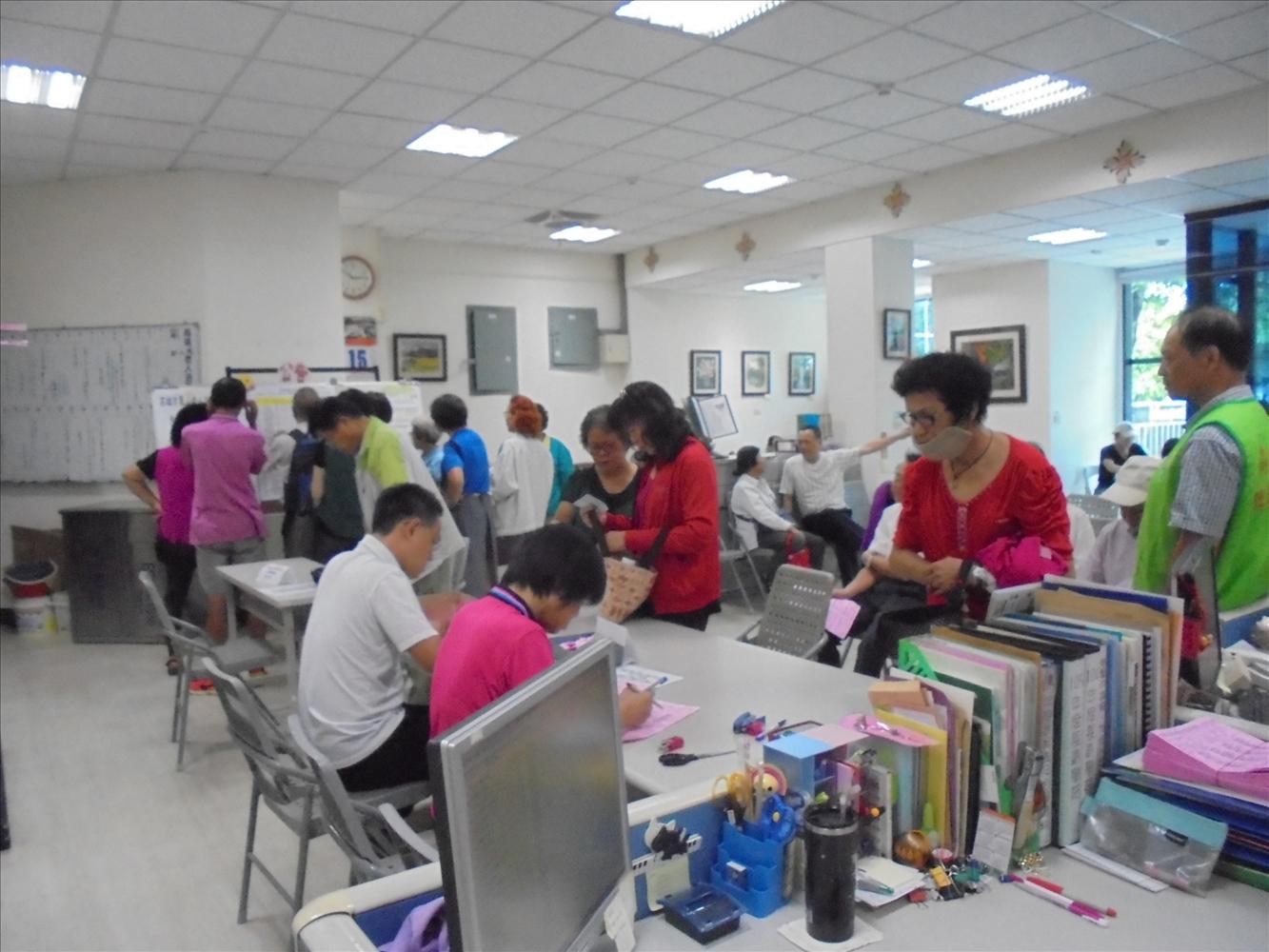 鳳山老人活動中心105年度長青學苑下學期第一階段第三梯次報名相關照片