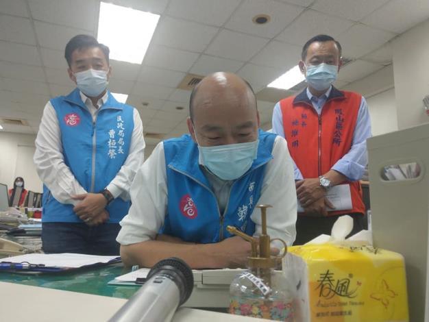 市長親臨本所所視察防疫整備情形,關心第一線里幹事防疫工作上之辛勞