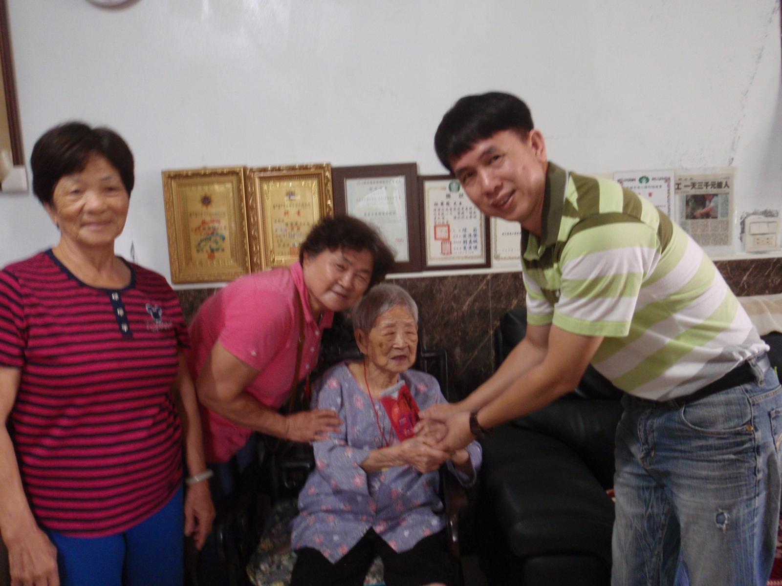 107年楊區長孝治訪視三和里101歲人瑞