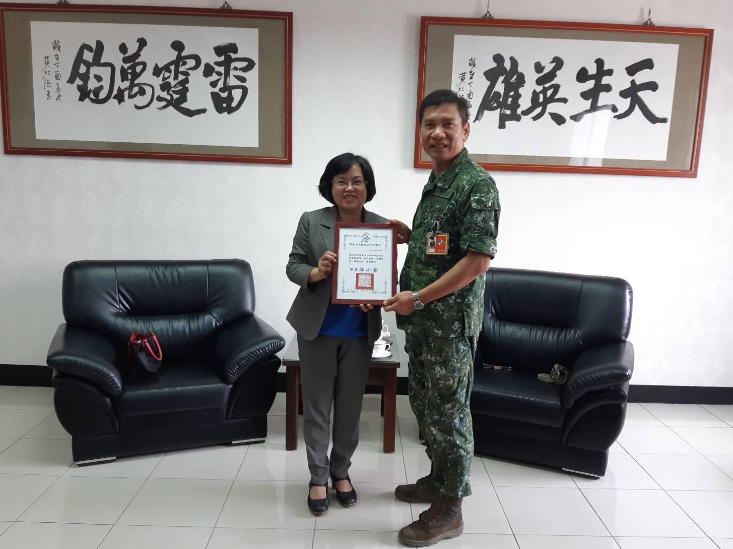 汪區長感謝43砲指部指揮官陳俊源及國軍弟兄協助本區清理環境、愛民睦鄰,特親頒感謝狀,以資感謝。