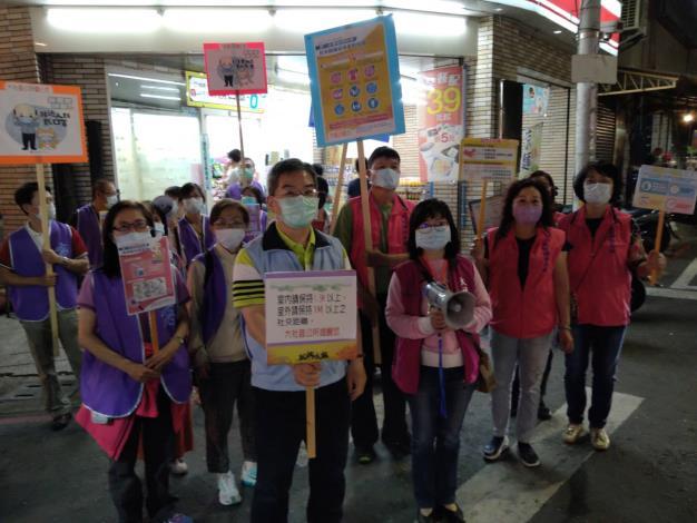 109年4月25日大社區長陳佑瑞帶領公所同仁及婦參委員進行防疫宣導