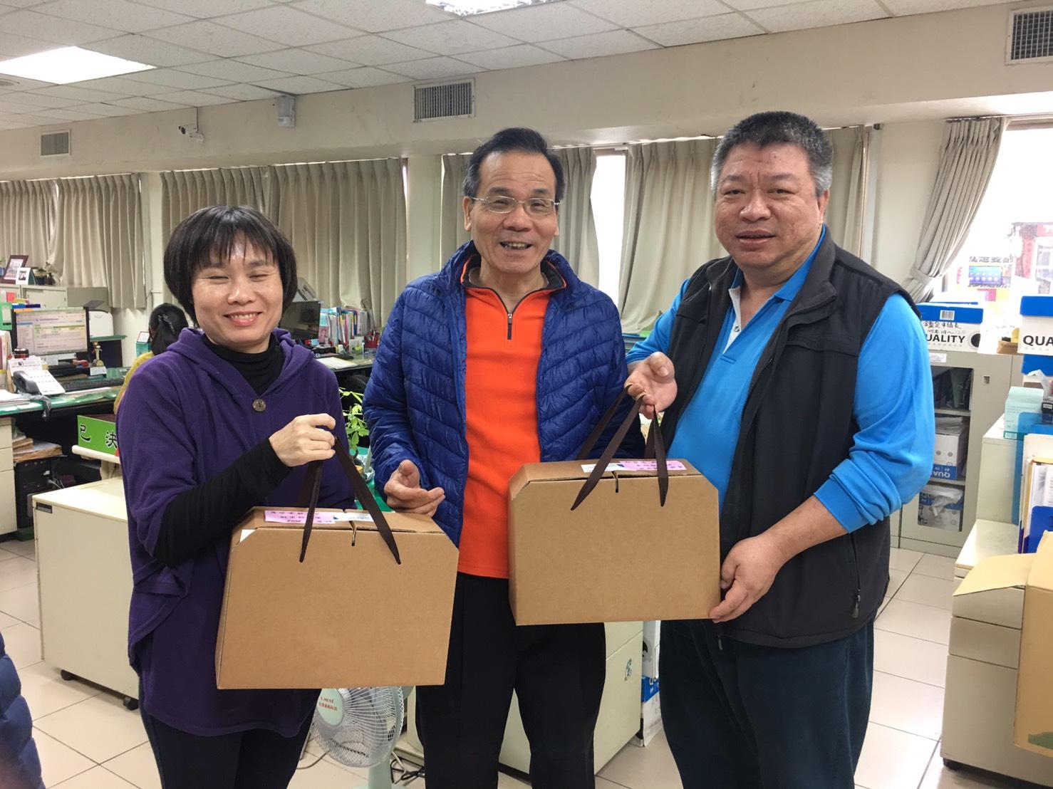區長致贈課室主管春節鮮魚禮盒,並祝福大家2018金狗年旺來福