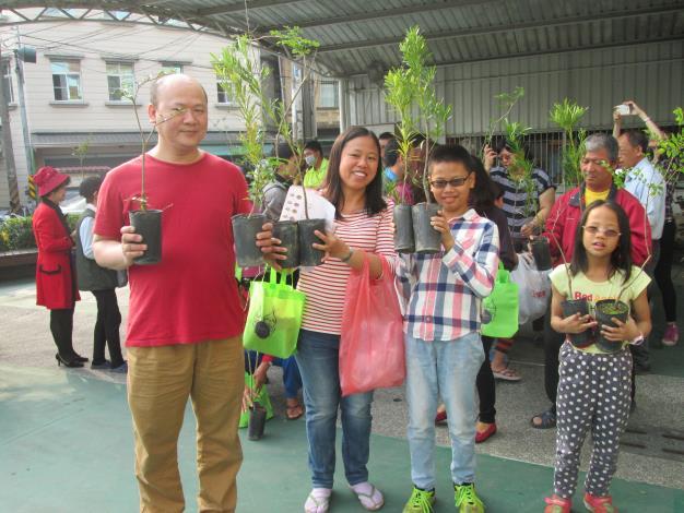 區公所配合植樹節辦理環境綠美化贈送樹苗植栽活動