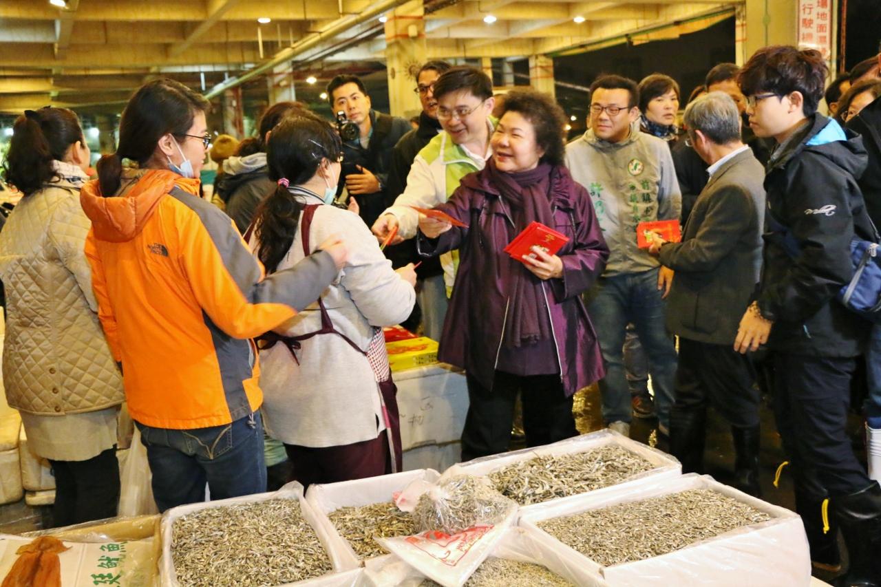 107.02.12 年節將至 陳市長巡訪前鎮魚市關心供銷情形