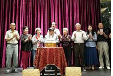 區長出席參加惠豐長青協進會慶生會活動,長輩一起切蛋糕慶生溫馨熱鬧.