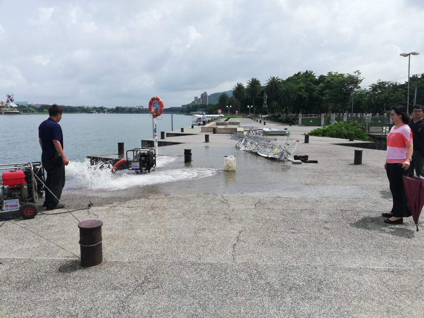 汛期來臨前吳區長於蓮池潭督導抽水機試抽作業