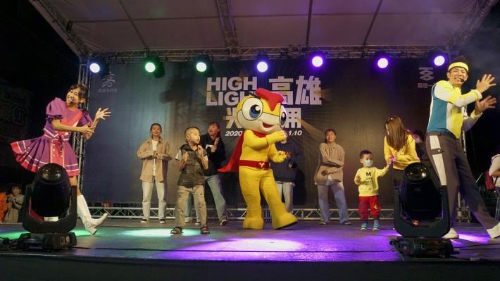 YOYO家族萌翻六合夜市 封街活動吸引近三百對親子唱跳同樂