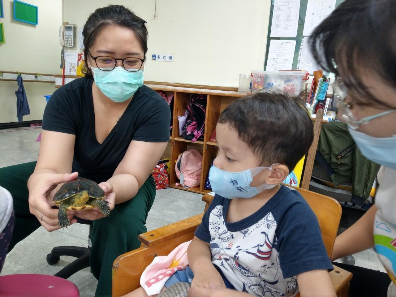 群組的一位媽咪為了讓中心的孩子能對動物的飼養、照顧有更多的瞭解,提議暫時將這位嬌客安置在中心成為孩子們的生命導師!