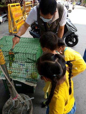 小手拉小手~~一同「郊遊區」,兒童發展中心為了讓中心孩子體驗生活...