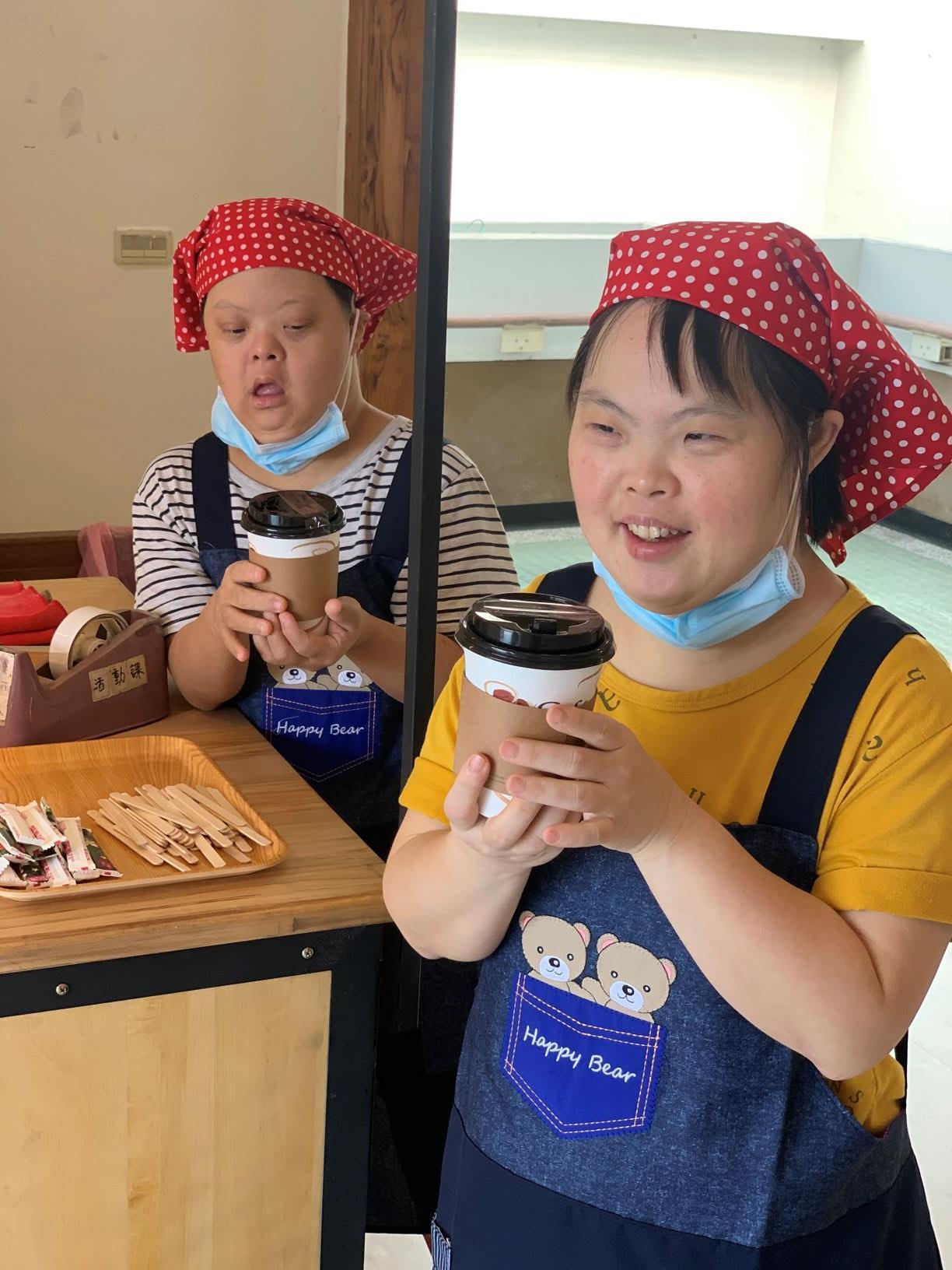 無障礙之家提供-憨兒們享受自行沖泡的暖心咖啡