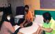 圖一 社工協助黃氏母子入住旅館後,與他們討論日後租屋事宜。