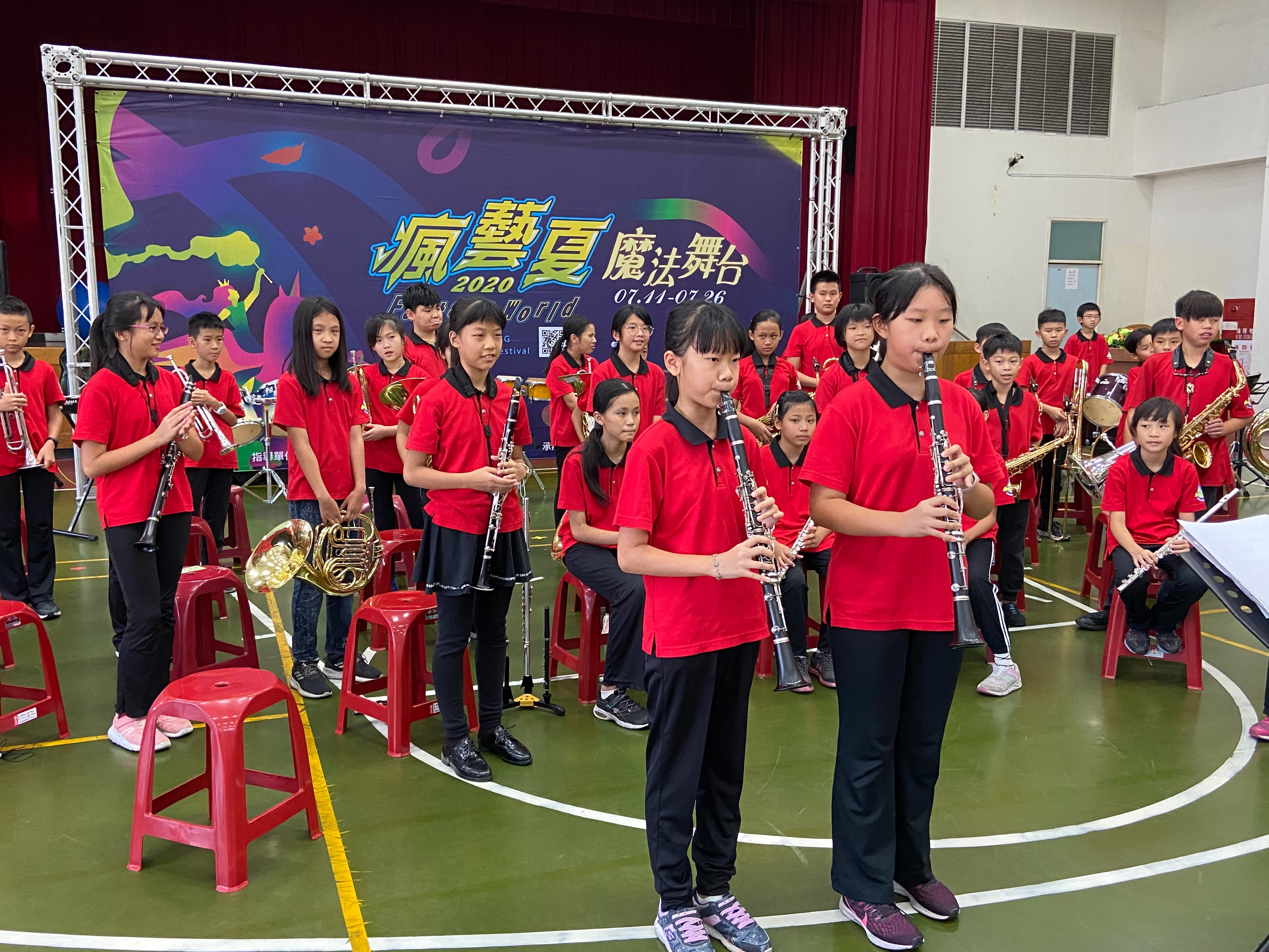 Frenzy Summer Magic Stage introduces the performance of different musical instruments to the disabled by students from Zhongzheng Elementary School
