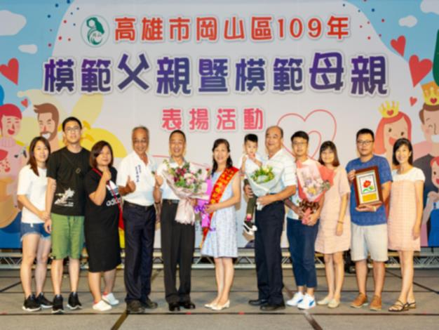 109年模範父親暨模範母親表揚活動-模範母親家族成員上台分享榮耀