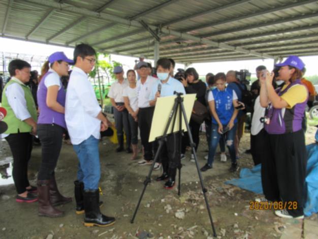陳市長其邁、區長、市議員們等聽取農業局王代理局長報告農損簡報。