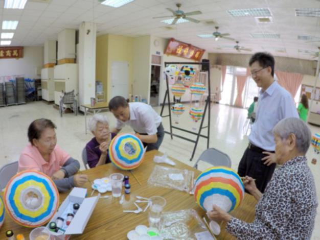 區長參加本區協和社區燈籠、風車彩繪與長輩互動,關心長輩