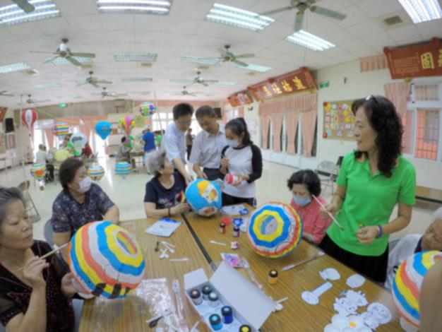 區長參加本區協和社區燈籠、風車彩繪與長輩互動,關心長輩-2