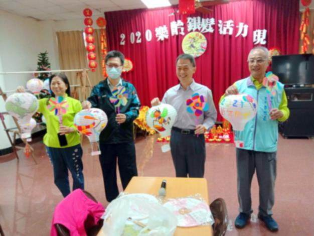 區長參加本區程香社區燈籠、風車彩繪,與長輩互動,關心長輩