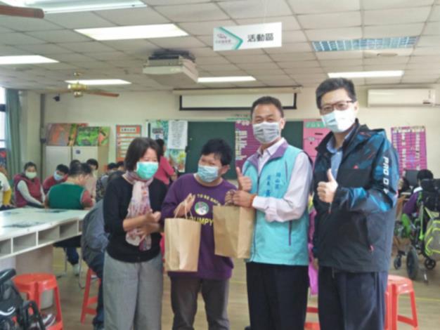 區長拜訪岡山障福中心與學員合照,預祝新年快樂及防疫宣導