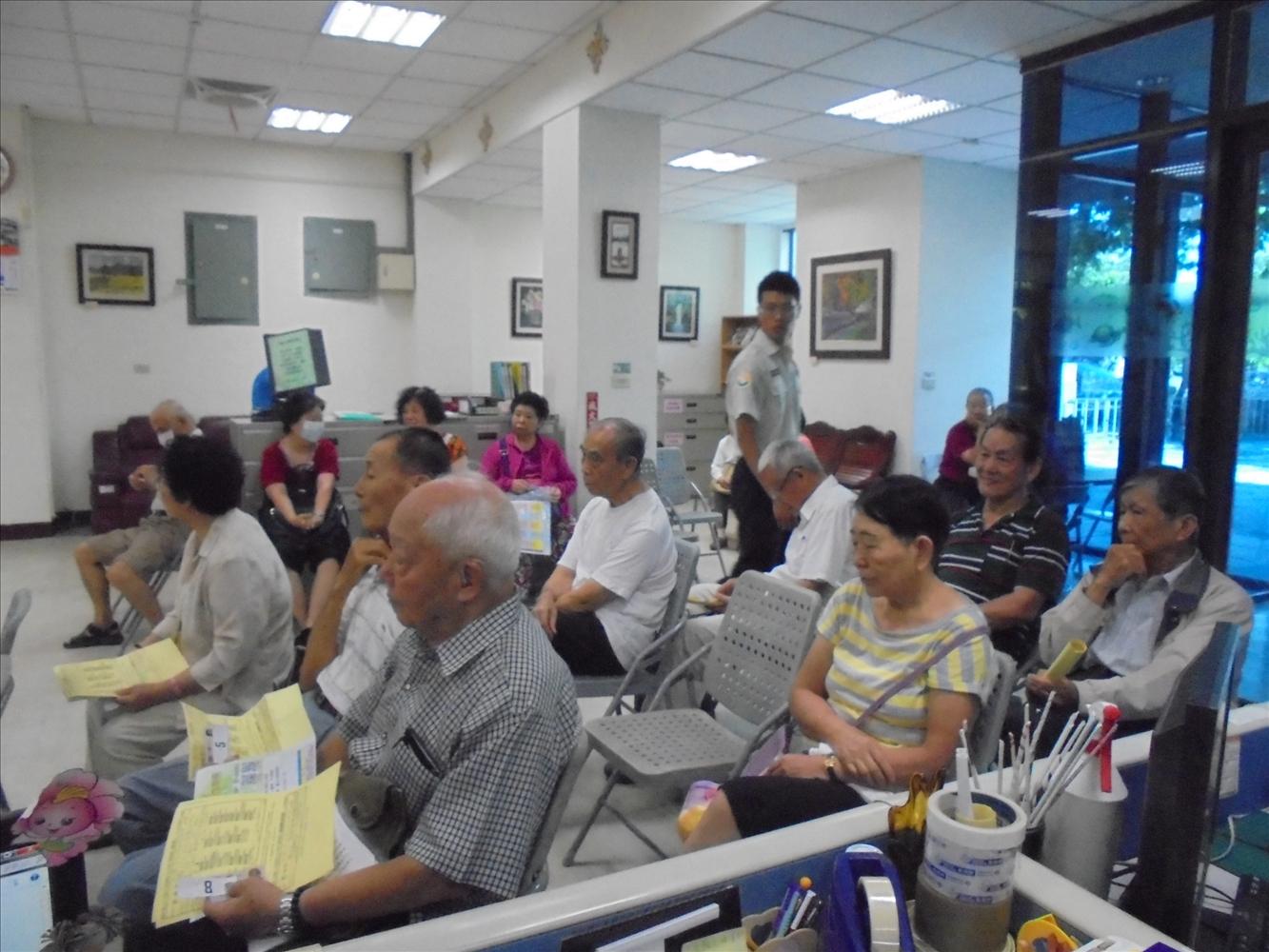 鳳山老人活動中心105年度長青學苑下學期第一階段第一梯次報名相關照片