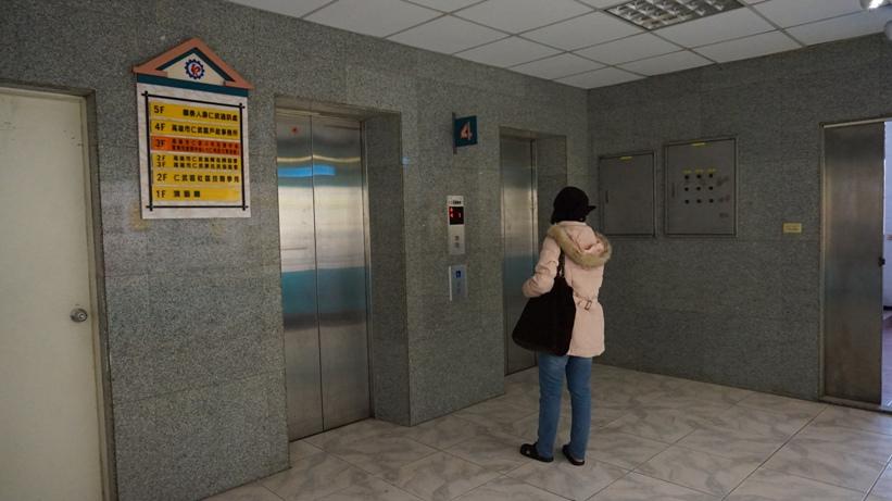 除一樓入口處設有無障礙坡道外,另設有電梯、樓梯供進出,民眾洽公無障礙。