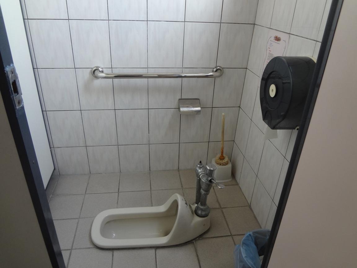 廁所均加裝扶手,確保民眾如廁安全。
