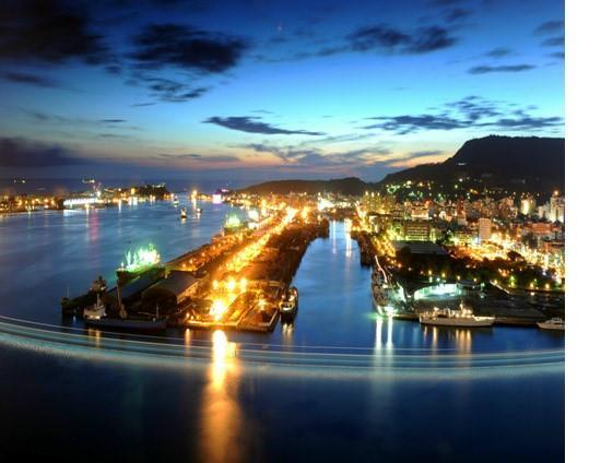 燈火輝煌的港邊