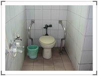 左側無障礙廁所