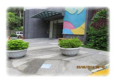 本所大門設有無障礙坡道,3樓設置體外心臟電擊器(2張圖)