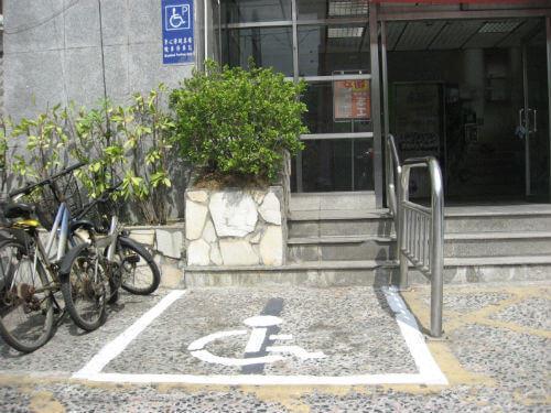行動不便者專用機車停車格圖片