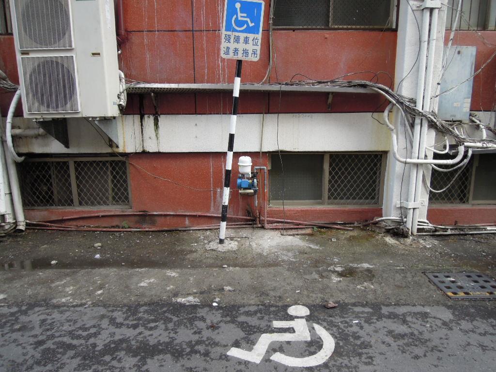 大門左側設置2處無障礙汽車停車格
