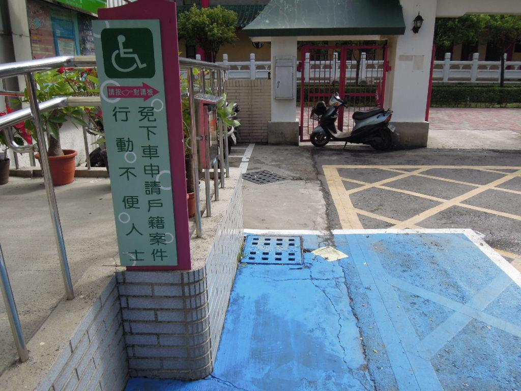 門口右側設置免下車服務鈴