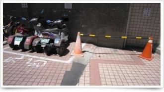 大樓入口殘障停車位