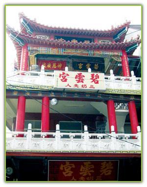 位於三角湧的三奶廟,是大社區最早興建的廟宇之一,廟的四周也是早期區民活動聚集的中心。