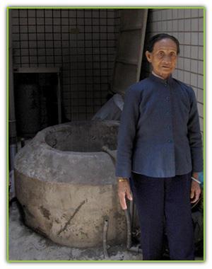 九十一歲耆老張見笑從小就住在酒沽張厝,見證古井的歷史。