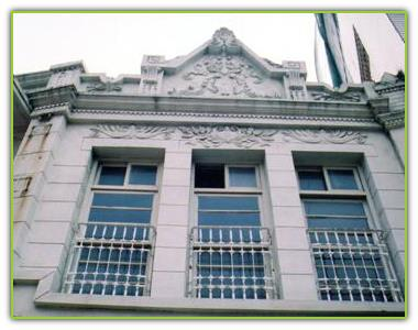 三角湧仍保存著數棟巴洛克式建築,圖為曾甲分診所。