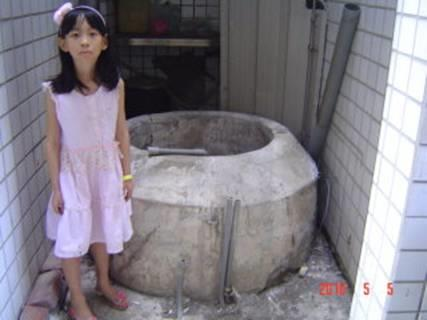 童顏歡笑的井旁,敘說生命的傳承
