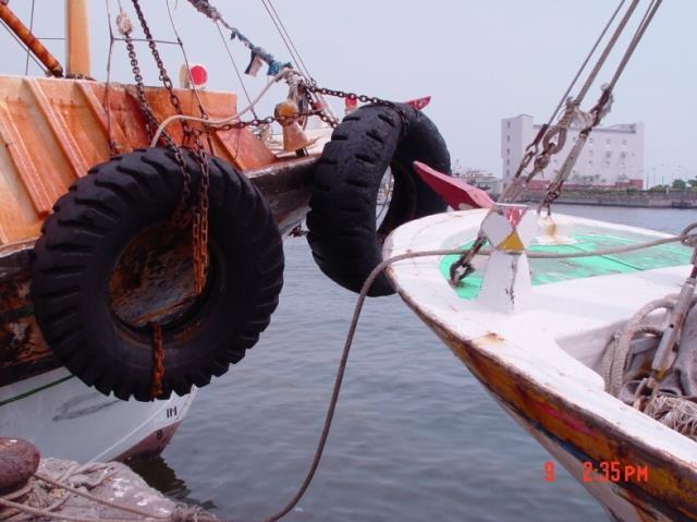 蚵仔寮漁港船隻救生圈