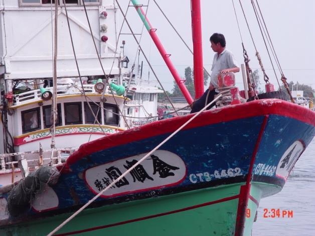 蚵仔寮漁港船隻近照