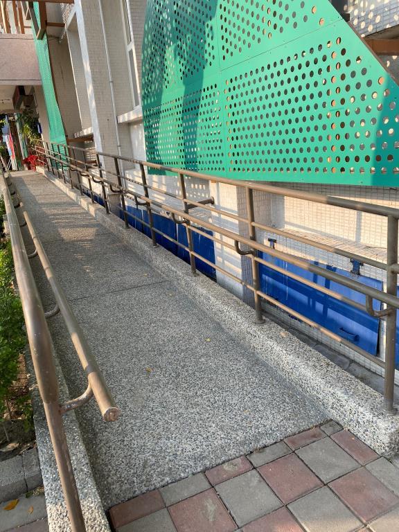 一樓廣場設置身障者專用停車格