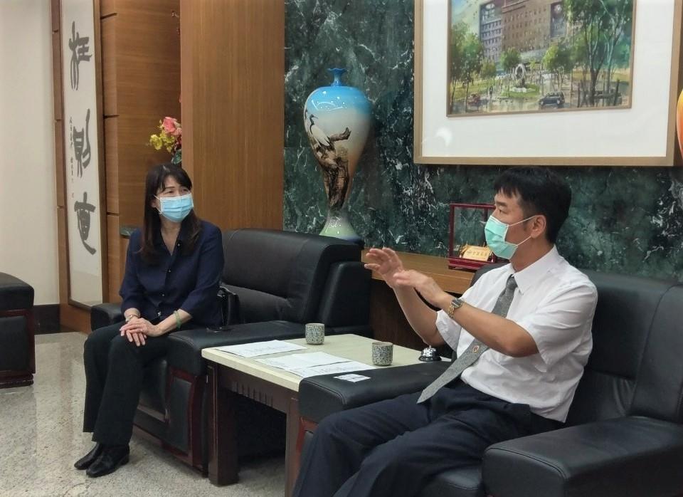 橋頭地檢署洪信旭檢察長(右)建議毒防局林瑩蓉局長(左)統籌行政資源,期許毒防局成為高雄市毒防統合窗口