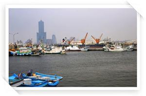 停泊在旗津漁港的小船