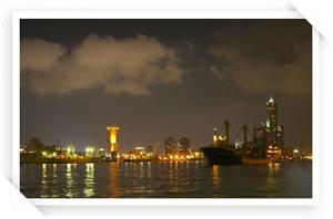 夜晚的旗津海岸邊