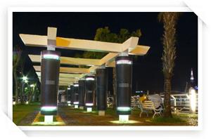 夜間的旗津渡輪站旁裝置